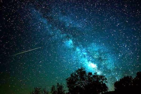Πεφταστέρια από την ουρά του κομήτη του Χάλεϋ απόψε στον ουρανό