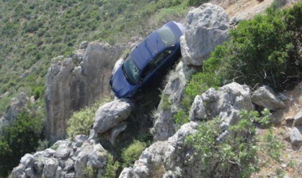 Αυτοκίνητο έπεσε σε γκρεμό στην Καρδίτσα