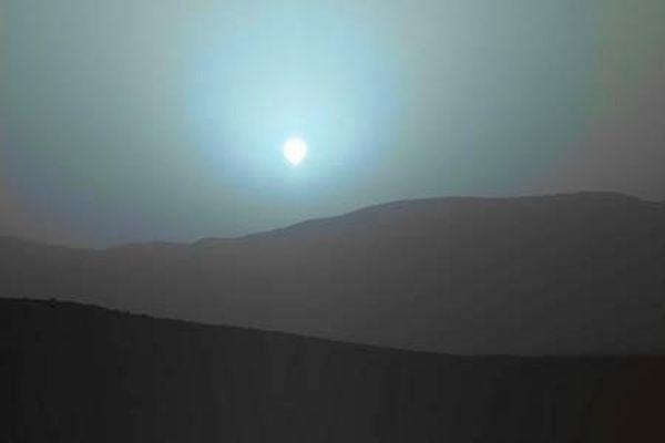 Βαθύ γαλάζιο ηλιοβασίλεμα στον Άρη από το Curiosity (βίντεο)