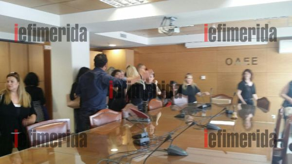 Πρώην συμβασιούχοι του ΟΑΕΕ κάνουν κατάληψη στο γραφείο του διοικητή