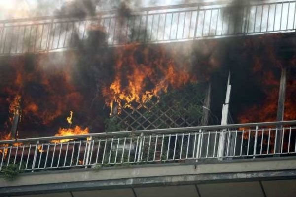 Πήρε φωτιά διαμέρισμα στη Λάρισα