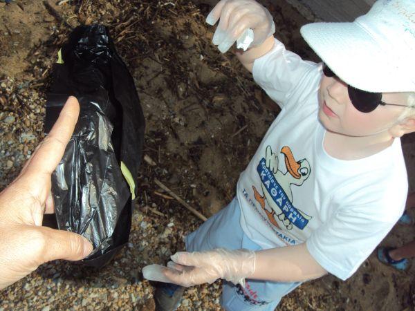 Μάζεψαν 4 σακούλες απορρίμματα από τον Πλατανιά Προμυρίου