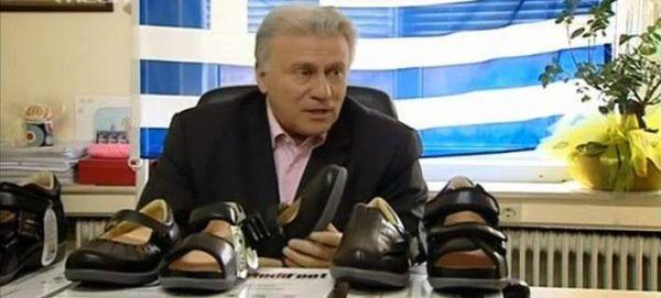 Δείτε τον Παναγιώτη Ψωμιάδη να πουλάει παπούτσια στην τηλεόραση [βίντεο]
