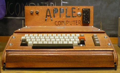 Εκατό χιλιάδες δολάρια αναζητούν τη γυναίκα που πέταξε ένα σπάνιο Apple-1