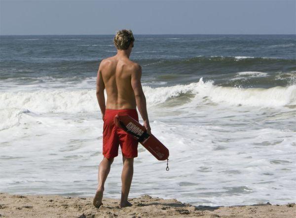 Εγκαθίσταται ναυαγοσώστης στην παραλία Αλμυρού