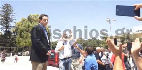 Επεισόδιο μεταξύ Νότη Μηταράκη και διαδηλωτών στη Χίο