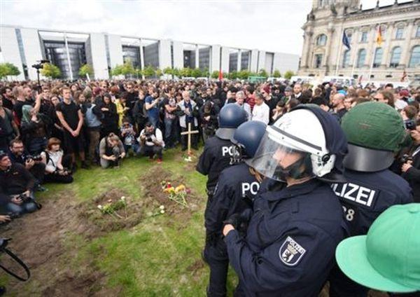 Γερμανία: Συμβολική (παραλίγο πραγματική) ταφή μεταναστών μπροστά στη Βουλή