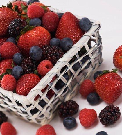 Φράουλες και μούρα μπορεί να αυξάνουν τις καύσεις λίπους