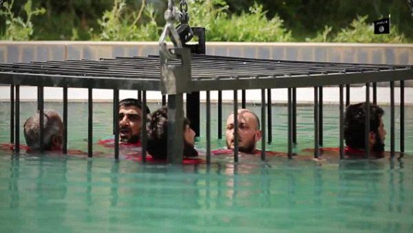 Τζιχαντιστές κλειδώνουν σε κλουβί κρατούμενους και τους βυθίζουν σε πισίνα (εικόνες)