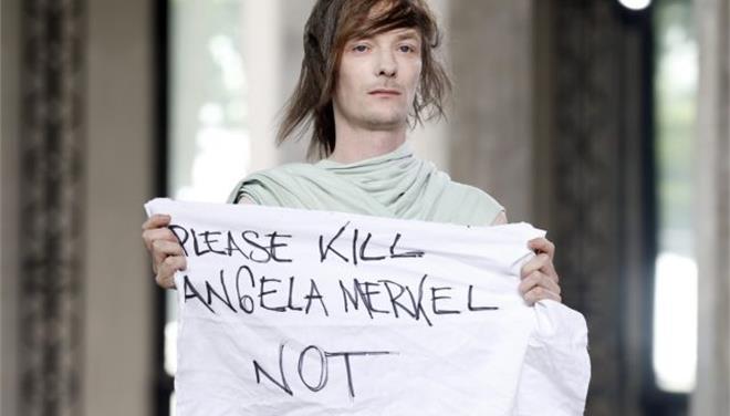 Πανό για τη Μέρκελ κλέβει τη δόξα σε επίδειξη μόδας του Ρικ Όουενς