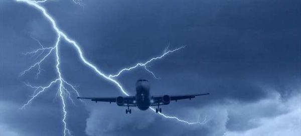 Κεραυνός χτυπά αεροσκάφος που βρίσκεται στον αέρα (εικόνες&βίντεο)