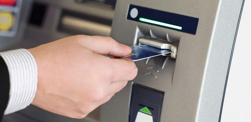 Χωρίς περιορισμό οι αναλήψεις μετρητών μέσω ATMs για τους τουρίστες