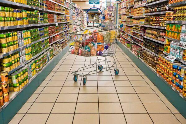 Επιδρομή στα μάρκετ για 2η ημέρα, γεμίζοντας καλάθια με είδη μακράς διάρκειας