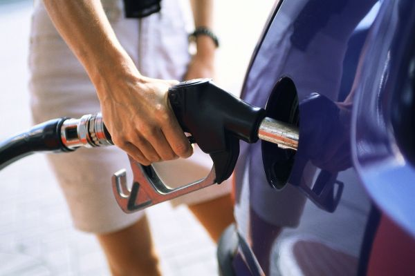 «Τσίμπησε» η τιμή της βενζίνης
