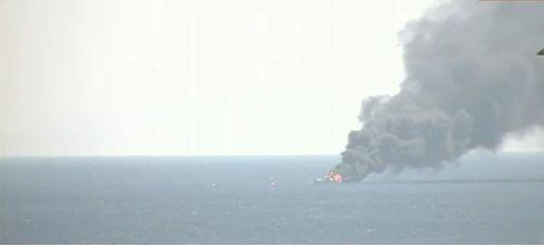 Κατασβέστηκε η πυρκαγιά στο σκάφος ανοιχτά του Πειραιά (εικόνες)
