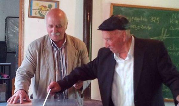 Υπεραιωνόβιος Ελληνας ψήφισε σε έκτο δημοψήφισμα