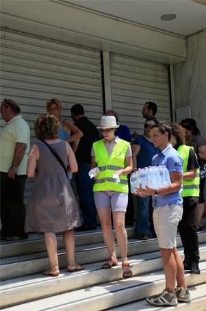 Διένειμαν μπουκαλάκια με νερό στους πολίτες