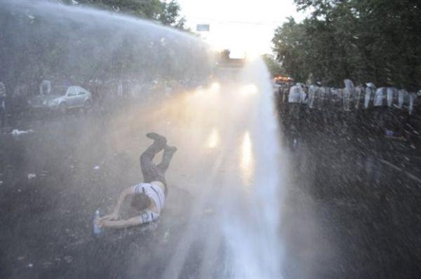 Αρμενία: Διαδηλωτές μπουγέλωσαν αστυνομικούς έξω από το Προεδρικό