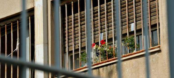 Φοίτηση με «βραχιολάκι» για τους κρατούμενους