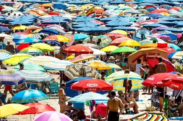 Βουλιάζουν από κόσμο οι παραλίες της Ισπανίας (εικόνες)