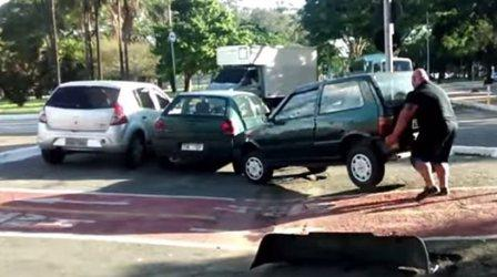 Σηκώνει με τα χέρια αυτοκίνητο και το απομακρύνει από ποδηλατόδρομο (βίντεο)