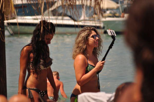 Εικόνες αυγουστιάτικης ραστώνης με selfie και ναργιλέδες στην παραλία