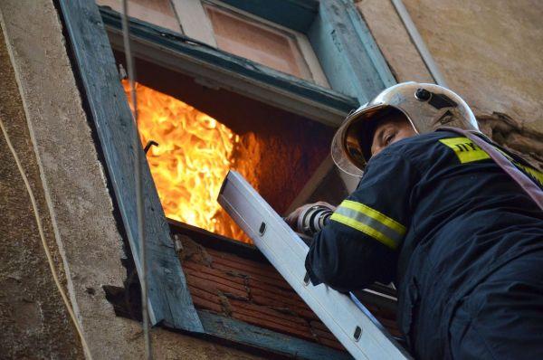 Ετρεχε να σωθεί από τους καπνούς που «έπνιγαν» το διαμέρισμά του