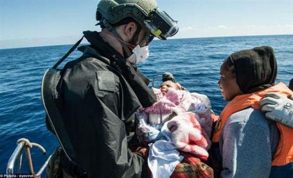 Γερμανία: Σομαλή πρόσφυγας γέννησε σε πολεμικό πλοίο μετά τη διάσωσή της