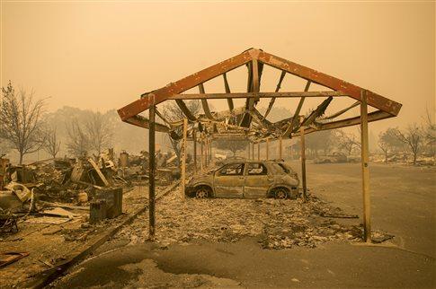 Καλιφόρνια: Κόλαση φωτιάς εκτόπισε χιλιάδες και έκαψε εκατοντάδες σπίτια