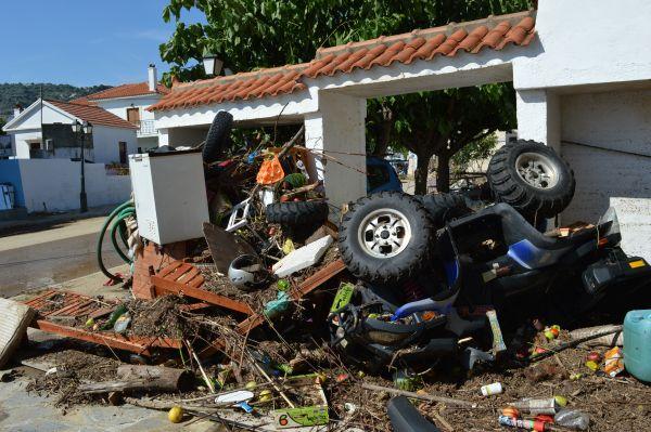 Απομακρύνουν απορρίμματα απ' τους δρόμους