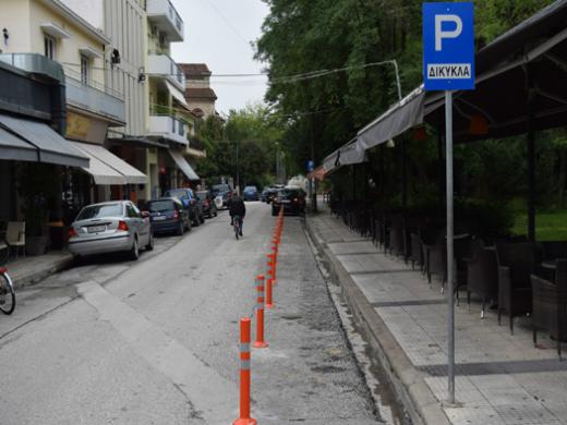 Κολωνάκια για την προστασία των θέσεων στάθμευσης δικύκλων τοποθετεί ο Δήμος Καρδίτσας