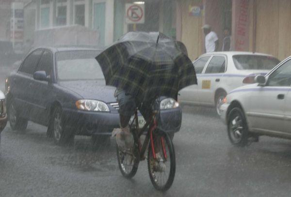 Στο σχολείο με ποδήλατο υπό βροχή