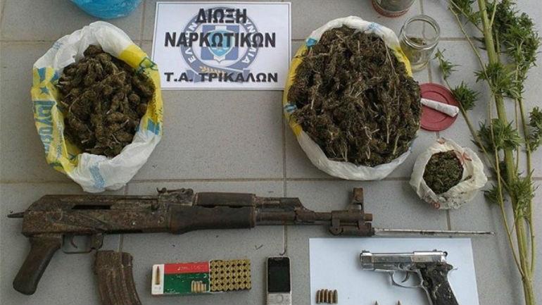Τρίκαλα: Χειροπέδες για ναρκωτικά και όπλα