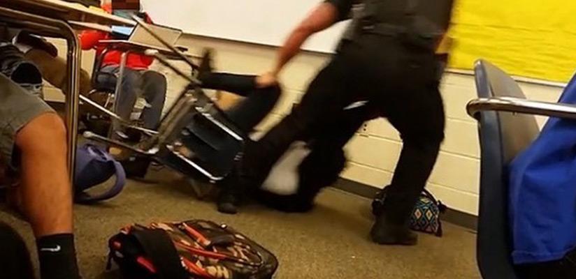 ΗΠΑ: Απολύθηκε ο αστυνομικός που ξυλοκόπησε μαθήτρια μέσα στην τάξη της