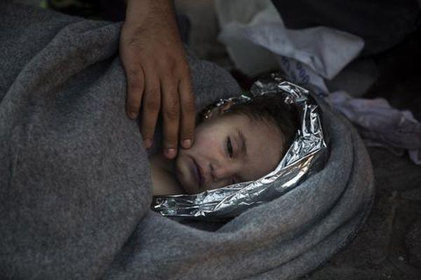 «Τιτανικός» στο Αιγαίο - Στους 10 οι νεκροί πρόσφυγες - Πάνω από 100 οι αγνοούμενοι - Γροθιά στο στομάχι οι εικόνες