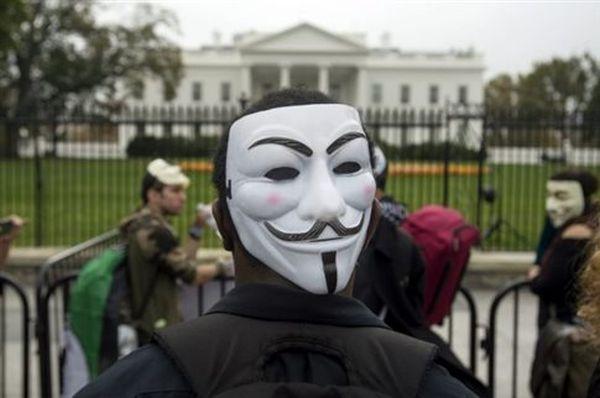 Οι Anonymous «βγάζουν τις κουκούλες» της Κου Κλουξ Κλαν