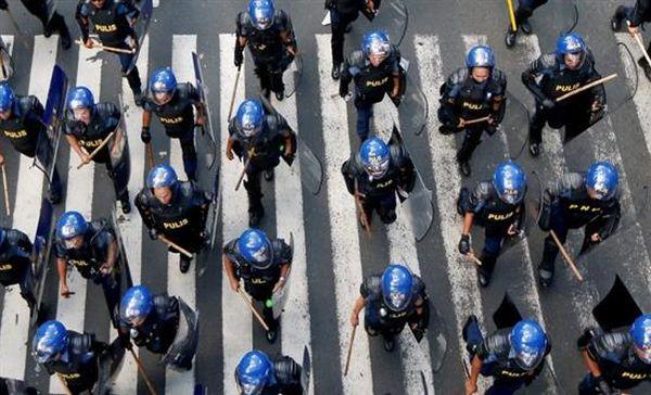 Αντλίες νερού εναντίον διαδηλωτών στη Μανίλα