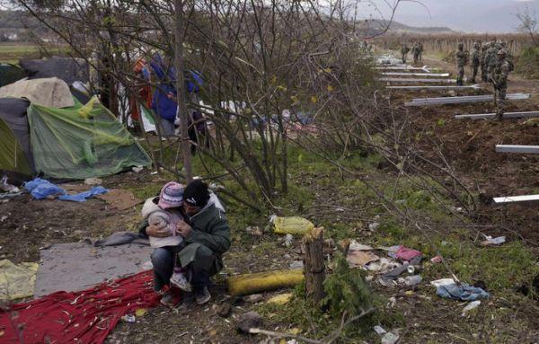 Αρχισαν να στήνουν τον φράκτη στα σύνορα οι Σκοπιανοί