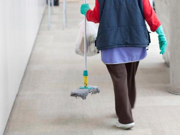 Σχολεία χωρίς καθαρίστριες ~ Αφήνουν σήμερα σκούπες και φαράσια