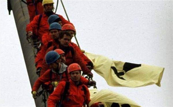 Ακτιβιστές της Greenpeace ανεβαίνουν τώρα σε λιγνιτικό σταθμό της ΔΕΗ