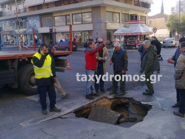 Αυτοκίνητο έπεσε σε τρύπα οδοστρώματος στο Βόλο