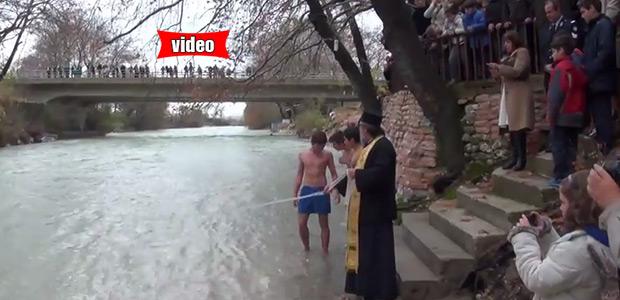 Με κλαρίνα βούτηξαν για τον Σταυρό, στα παγωμένα νερά του μυθικού Αχέροντα