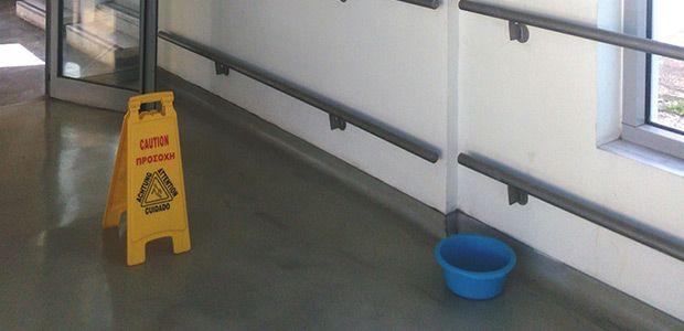 Λεκανάκια στο νέο συνδετήριο διάδρομο του Νοσοκομείου Βόλου