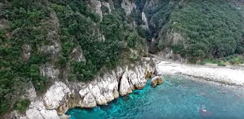 Μαγευτικά πλάνα με drone πάνω από τις παραλίες του Πηλίου (βίντεο)