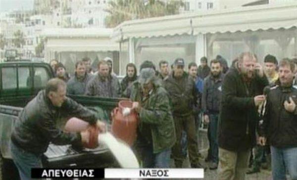 Αγρότες απέκλεισαν το λιμάνι της Νάξου - Έριξαν γάλα στο δρόμο