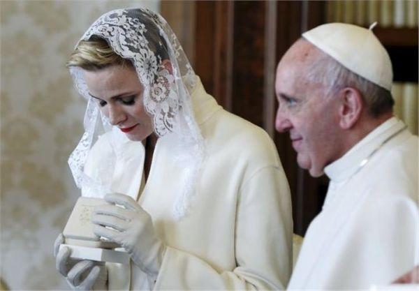 Μόνο 7 γυναίκες επιτρέπεται να φορέσουν λευκό πέπλο μπροστά στον Πάπα