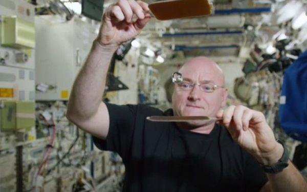 Πινγκ πονγκ στο διάστημα με μια μπάλα νερού (βίντεο)
