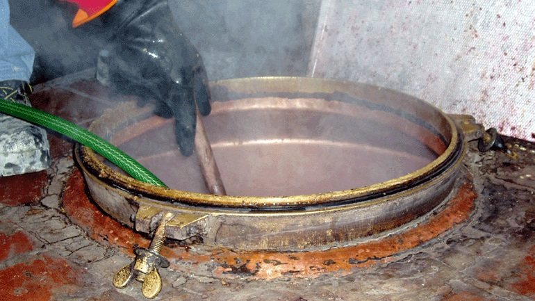 Λάρισα: Δεσμεύτηκαν 300 τόνοι παράνομου τσίπουρου