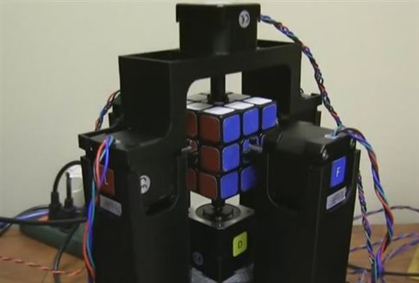 Ρομπότ λύνει τον κύβο του Ρούμπικ σε 1 δευτερόλεπτο!