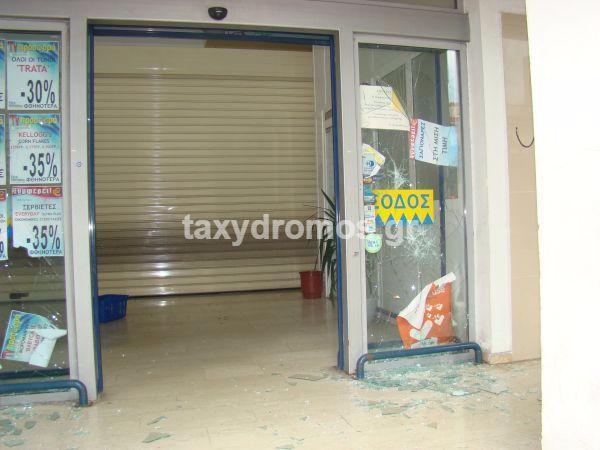 Πετροπόλεμος στα γραφεία του ΣΥΡΙΖΑ και φθορές σε μάρκετ